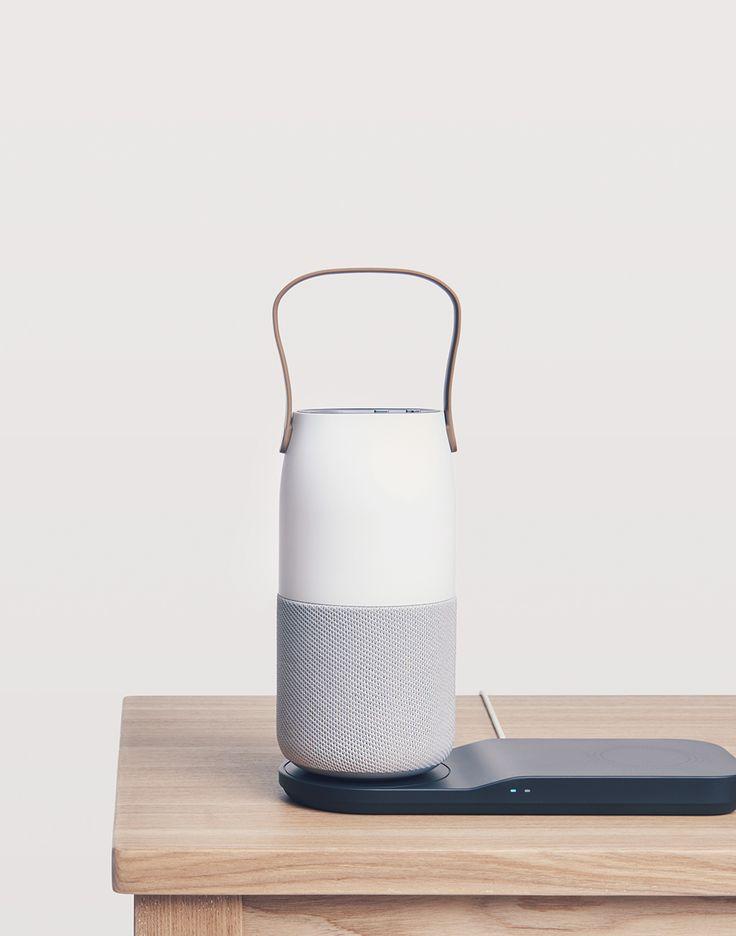 트레이디자인 무선충전기 위에 놓여있는 보틀디자인 스피커