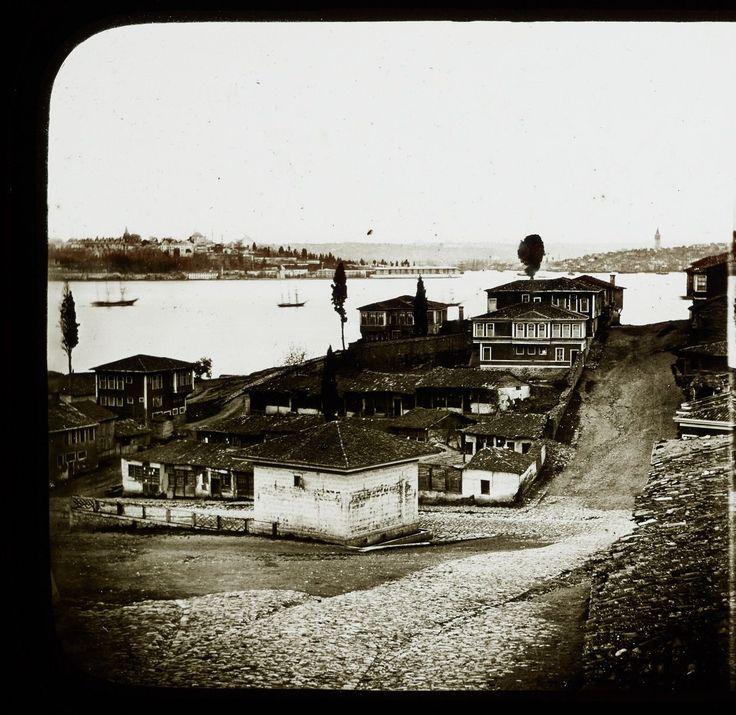 Üsküdar Selimiye ve Manzara / 1850ler  Sarayburnu Sahil Sarayına dikkat.  Fotoğrafçı: Claude-Marie Ferrier     Pierre de Gigord Collection http://ift.tt/2yZZA63