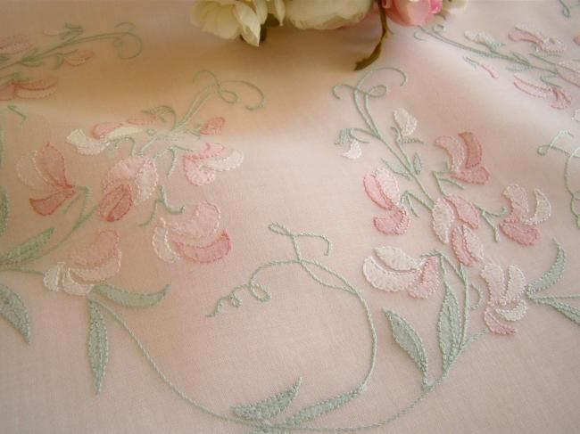 Romantique nappe en voile brodé d'une couronne de pois de senteurs vers 1950