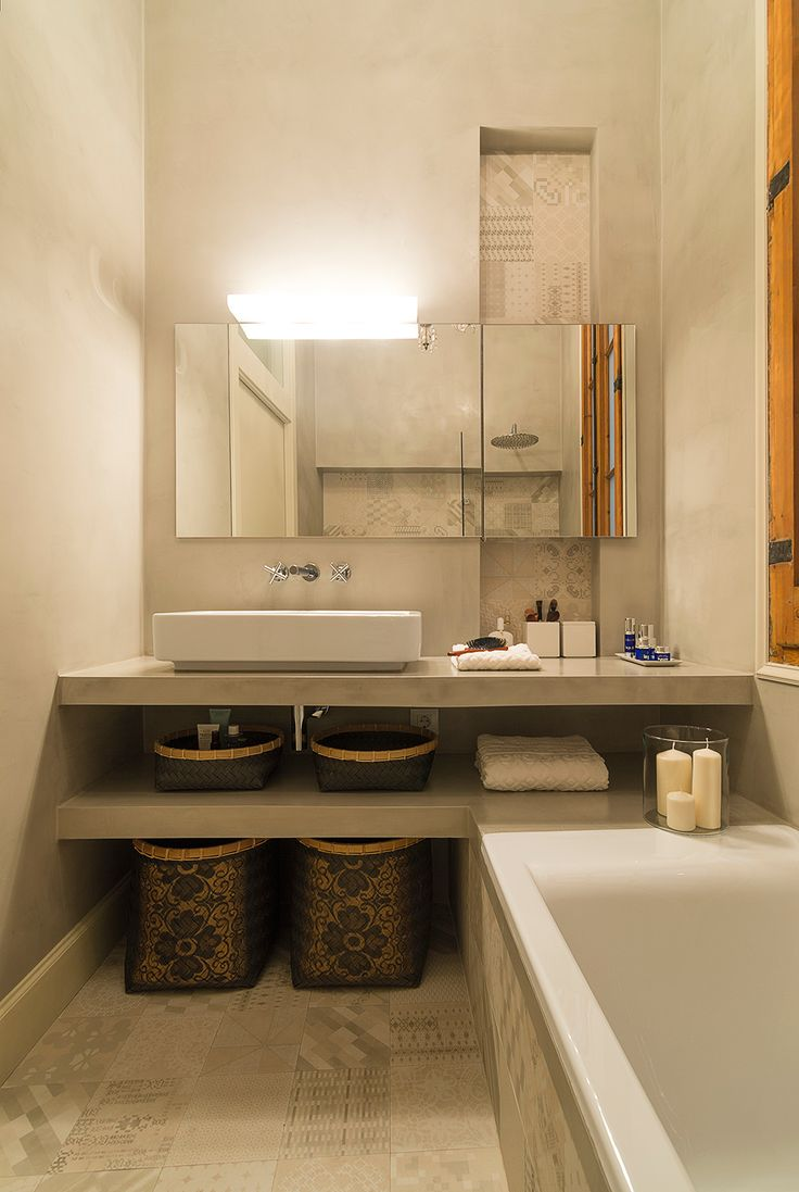 Bathroom at l'Eixample, Barcelona, designed by FFWD Architects. Details: Mutina Azulej Bianco tiles by Patricia Urquiola. Cement-based covering walls by Topcret Microcemento.