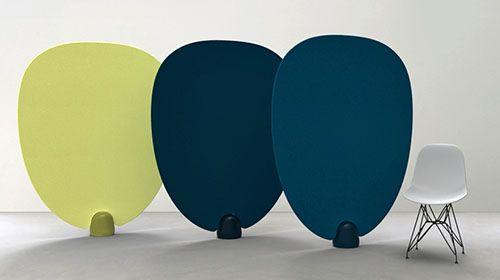 Paon - Design Piergil Fourquié pour La Galerie Gosserez 03 Paon est un paravent conçu par Piergil Fourquié et édité par La Galerie Gosserez. Composé de tissu ou de cuir tendu sur une armature et d'un plot en béton, il évoque un éventail démesuré, à la forme douce et arrondie. Avec son faible encombrement au sol, il est facilement déplaçable et combinable avec d'autres, permettant ainsi de un cloisonnement léger de l'espace, par touches colorées.
