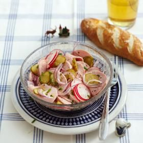 Rezept: Wurstsalat mit Laugengebäck