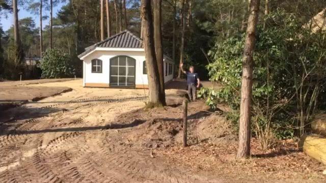 Dit is onze nieuwe bungalow van het  type Korhoen. Geschikt voor 6 personen. Net geplaatst. Nu de plek nog in orde maken voor een mooi seizoen. Met dit weer is het een heel prettig begin.