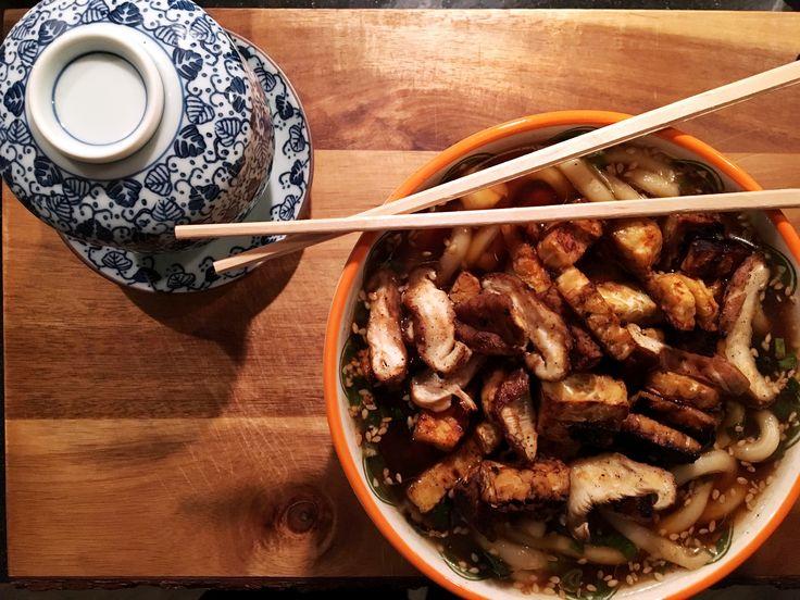 Recept: Japanse vegan misosoep met udon noodles en crispy tempé