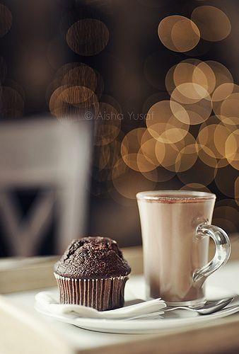 La magia al compartir un simple muffin de chocolate con un capuchino.