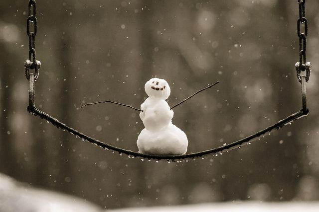 Schneemännchen auf der Schaukel