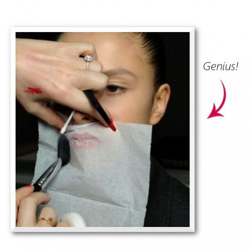 Αφιερώνετε χρόνο στο περίγραμμα και ακόμα περισσότερο χρόνο στο ρετους του. Ο λόγος για το κραγιόν που –αν δεν είναι super turbo stay- δεν μένει στη θέση του. Για να το σταθεροποιήσετε βάλτε ένα χαρτομάντιλο πάνω από τα χείλη σας αφού το φορέσετε και με ένα πινέλο περάστε λίγη loose πούδρα πάνω από τα χείλη σας, πάνω από το χαρτομάντιλο. Η πούδρα δεν θα αλλοιώσει το χρώμα και θα το σταθεροποιήσει για ώρες. Εγγύηση.
