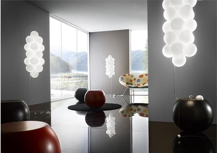 A coleção Babol da Majo Illuminazione, empresa italiana que desempenha um grande papel na fabricação de luminárias em vidro Murano, chama a atenção pela forma. Feitas em vidro leitoso, o que gera uma aconchegante iluminação difusa, as luminárias buscam as formas de cachos de balões de festa. As peças estão disponíveis em diferentes tamanhos e podem ser usadas como luminárias de piso ou suspensas.