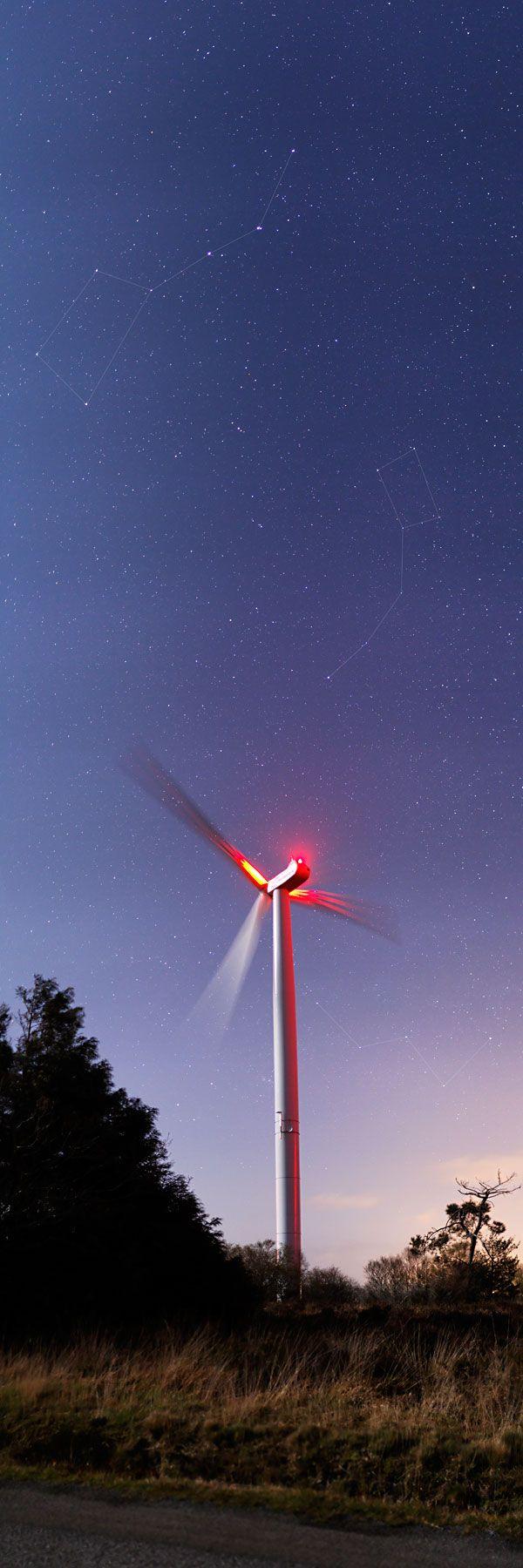 Une éolienne, la Petite et Grande Ourse et Cassiopée
