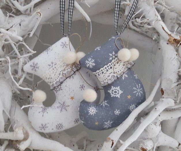 *Set Weihnachts -Stiefelchen* Zwei süsse Stiefelchen aus Leinen, geschmückt mit Pompons, Rüsche und Klöppelspitze für den Weihnachtsbaum, Weihnachtsstrauß oder als Geschenkanhänger. Größe ca...