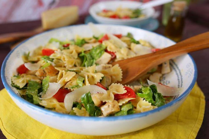 Cézár saláta tésztával és tökéletesre sült csirkemellel