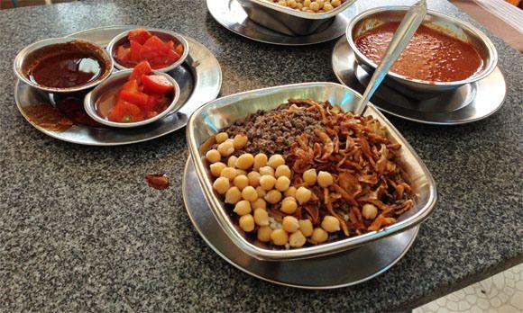 コシャリ 米、マカロニ、スパゲティ、豆、ニンニクフライなどが入ったごちゃ混ぜ料理