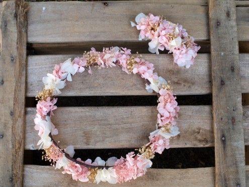 Corona de comunión con hortensias y paniculata preservada
