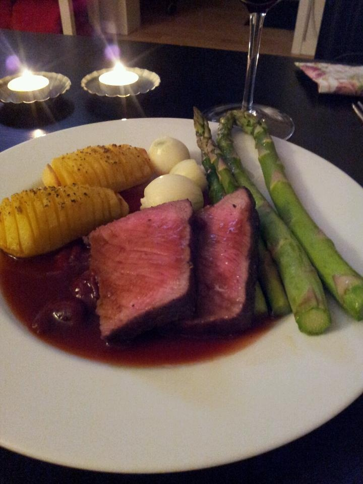 Bovine steak marinated in cherry liqueur, potato, onion, asparagus and cherry sauce.