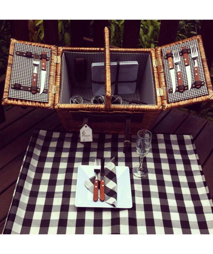 Canasta 4 Puestos Negro - Incluye: 4 platos, 4 tenedores, 4 cuchillos, 1 sacacorcho, 4 servilletas de tela, 1 mantel y 4 copas. $425.000 COP (Envío gratis). Cómprala aquí--> https://www.dekosas.com/productos/le-panier-canasta-picnik-4-puestos-negro-detalle
