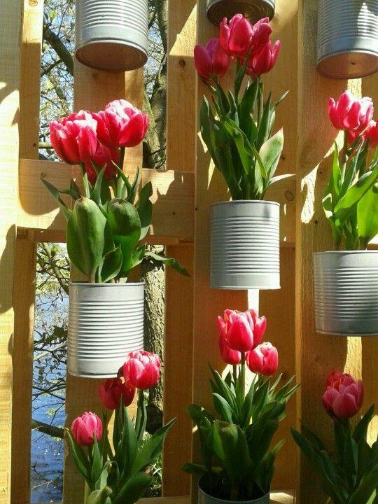 Leuke voorbeelden van een DIY met tulpen vind je hier. 8x creatief met tulpen in huis! Vrolijk, fris en een echt lente gevoel krijg je ervan. Kijk je mee?