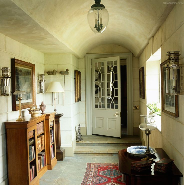 Foyer Plaster Ceiling : The main hallway has a vaulted ceiling and is decorated in