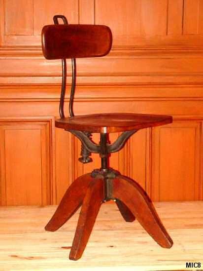 Très beau modèle de chaise d'architecte vers 1930, réglable en hauteur, dossier souple, chêne massif et fonte.