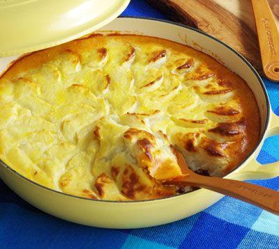 挽肉をトマト風味で煮込み、パイ生地は使わずじゃがいものピューレをのせて焼きあげた イギリスの家庭料理です。 材料[1台分/ビュッフェ・キャセロール26cm使用] 牛豚合びき肉   400g 玉ねぎ      1個 薄力粉