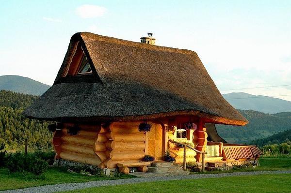 Casa mica din busteni rotunzi si semirotunzi - exterior