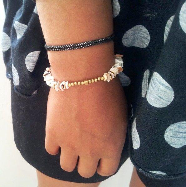 Un joli bracelet qui fera venir je l'espère le soleil    Il est composé de fragments de coquillage et de perles en laiton.  Le tout est monté sur u...