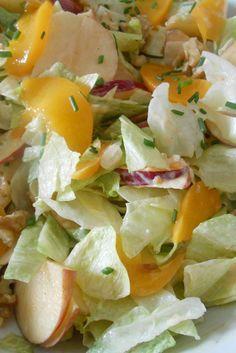 Heerlijke salade Wel een beetje kerrie en goed peper door de dressing doen voor wat pit, http://www.brendakookt.nl/2013/08/11/salade-met-perzik-en-appel/