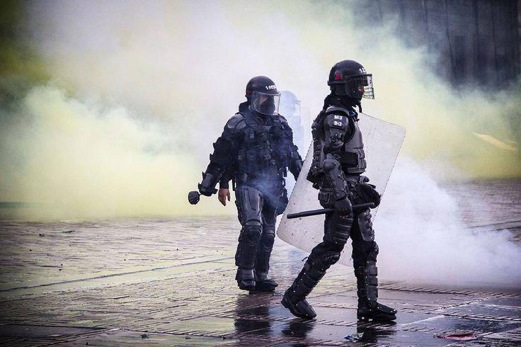 Bogotá, Colombia.  Ph: Carlos Bernate @tejiendo_memoria14/ Tejiendo Memoria  Toma violenta de la plaza por parte del ESMAD, después de ser atacados por manifestantes.  Alrededor de 15 mil personas se tomaron las calles de la ciudad de bogotá, los manifestantes le reclaman al gobierno la venta de Isagen, el salario mínimo, la liquidación de caprecom y la reforma tributaria.  #TejiendoMemoria#HistoriasDeMiAldea#Bogotá#streetphotography#Colombia#disturbios#protestas#Paro#ESMAD#capturas