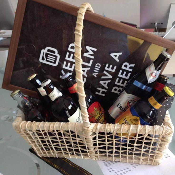 Veja que linda ficou a cesta montada por nossa cliente. Ela presenteou seu marido com boas cervejas e o nosso Porta Tampinhas. Curtimos a idéia!