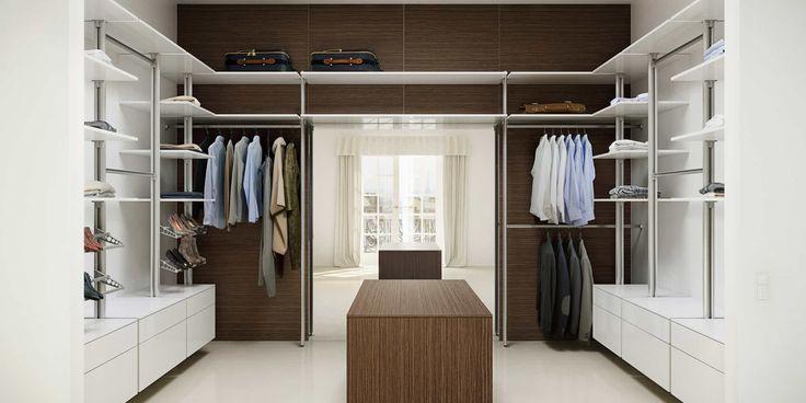 Rymlig walk-in-garderob med hyllor och lådelement