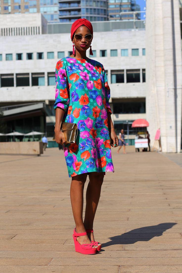 Kwiaty są jednym z najważniejszych trendów sezonu wiosna / lato 2015. Projektanci mody zaprezentowali je w najróżniejszych formach w swoich kolekcjach. Jak nosić je w stylu klasycznym, a jak w nowoczesnym? Sprawdźcie co dla Was przygotowaliśmy na www.domodi.pl