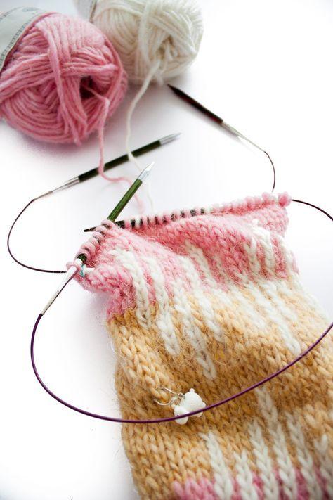 Comment tricoter des petits diamètres en rond ? Découvrez la technique des deux aiguilles circulaires.