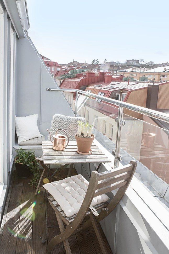 Aménagement d'un petit #balcon. http://www.m-habitat.fr/terrasse/balcons/comment-entretenir-son-balcon-964_A