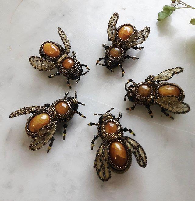 Сумашедший новогодний заказ!Мои любимые #броши #пчелки с #симбирцитом Когда-то первую свою пчелку я сделала по идее Аллы Успенской Симбирский Сад, эту пчелку купила Олечка @oleole_up , и потом понеслось.... пчелы-пчелы-пчелы