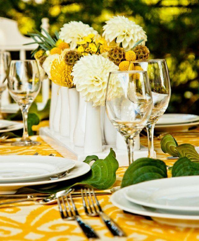 weiß gelbe Blumen Arrangements Tischdecke Vasen Efeu