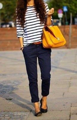 Marnière avec un pantalon bleu marine, des ballerines et un sac de couleur et en route ...