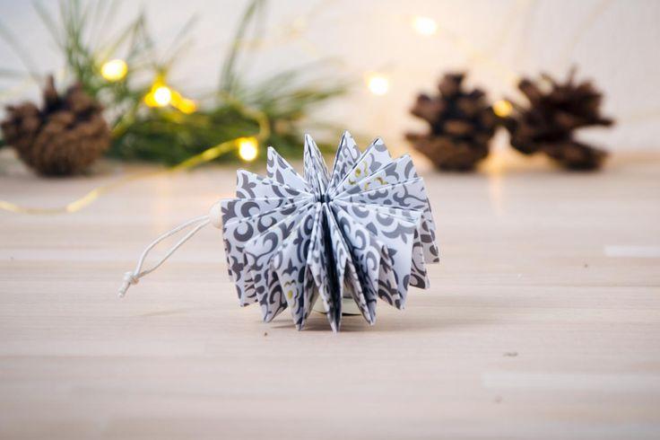 Papperspyssel är verkligen inte bara för barn. Det är avslappnande att vika i papper. Vik t.ex. din egen julstjärna med belysning att hänga i fönstret.
