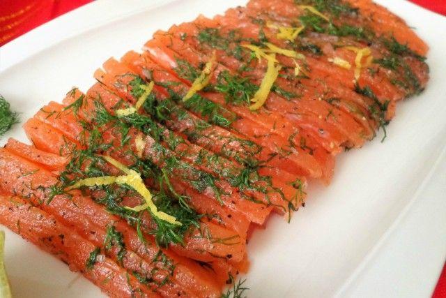 Il salmone fresco marinato, chiamato anche gravlax, è un piatto che appartiene alla cultura culinaria svedese. Perfetto per occasioni speciali ed eleganti