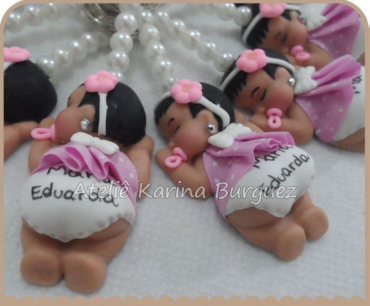 Bebê Menina Dormindo com Vestido Tecido Rosa com Bolinhas Brancas    Linda lembrancinha para nascimento ou chá de fraldas.    O bebê é feito em biscuit, o vestido pode ser feito em biscuit ou em tecido.    São várias opções de estampas para o vestido em tecido.    Pode ser modificado as cores de ...