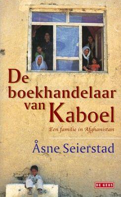 Na de val van de Taliban in Afghanistan bracht de Noorse Åsne Seierstad een aantal maanden door bij de familie van een boekhandelaar in Kaboel. Ze werd in zijn gezin opgenomen, droeg een boerka en voelde zich een van de vrouwen. Wat zich in het gezin afspeelt, loopt parallel met de ontwikkelingen in Afghanistan. Een land dat verwoest is, maar de hoop op een betere toekomst levend houdt.