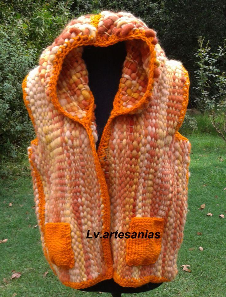 Chaleco con capucha realizado en telar en pura lana