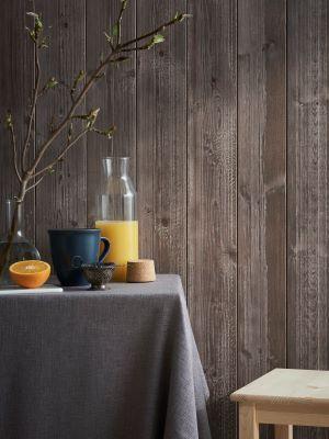 Sjöbod har en borstad yta som ger naturtrogen känsla av trä som nötts av väder och vind. Panelen är färdigmålad och ger ett snabbt och snyggt resultat. Alla längder är ändspontade. Sjöbod finns i färgerna Sand, Mocca och Svart.