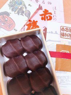 お土産に赤福をいただきました 高校の修学旅行で京都出身の友達が買ってくれてホテルでみんなで初めて食べた思い出の和菓子です  改めてホームページを拝見して形にも意味があったのだと今更ながら知りました  以下HPより  形は伊勢神宮神域を流れる五十鈴川のせせらぎをかたどり餡につけた三筋の形は清流白いお餅は川底の小石を表しています 名は赤心慶福せきしんけいふくの言葉から二文字いただき赤福と名付けたと言い伝えられております  #ほまれの赤福 #赤福餅 #和菓子 #お土産 #おもたせ #贈り物 #伊勢名物 #美味しい和菓子 #ごちそうさま #ありがとう tags[三重県]