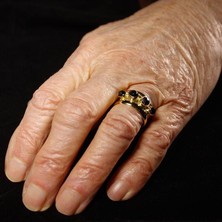 Het eindresultaat van een prachtige 18 karaats Gouden damesring met gitjes, vervaardigd van 2 Trouwringen #goudsmidmetpassie #herdenkingssieraden #herinneringssieraden