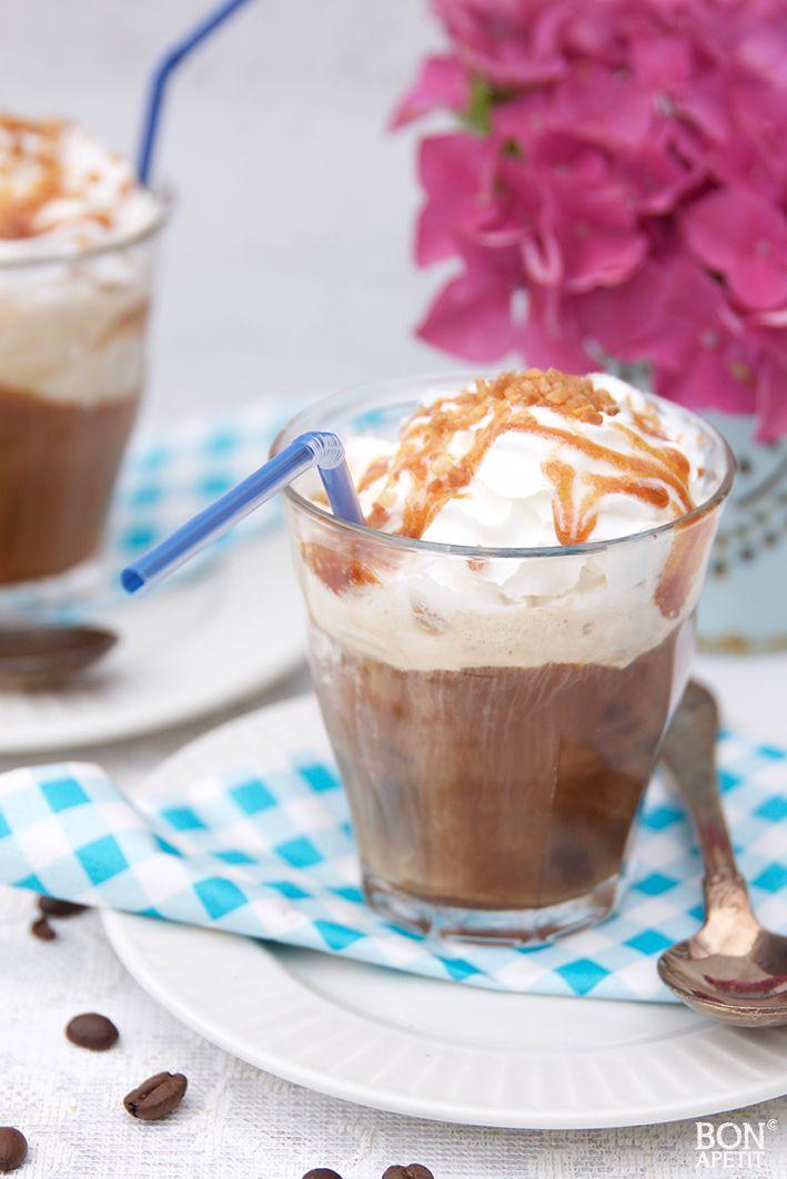 Een heerlijk toetje of tussendoortje voor de zomer is een zelfgemaakte ijskoffie met karamelsaus. Voor het ultieme verwenmomentje! Kijk op BonApetit.