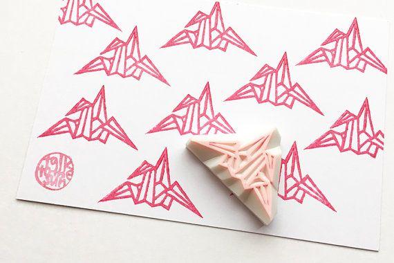 uccello della gru di origami piccolo timbro di gomma intagliata a mano. qualcosa di giapponese. un simbolo di pace. Pieghiamo queste gru di carta origami per augurare a qualcuno per ottenere il bene o la pace in Giappone. scolpisco in un timbro di gomma! ogni timbro di gomma di talktothesun è disegnato a mano e intagliato a mano. DIMENSIONE: su 4.5cmX2.5cm (1.77inX0.98in) SUI TIMBRI DI GOMMA: • blocco di spessore in gomma morbida • blocco colore può variare • non montate su maniglie o…