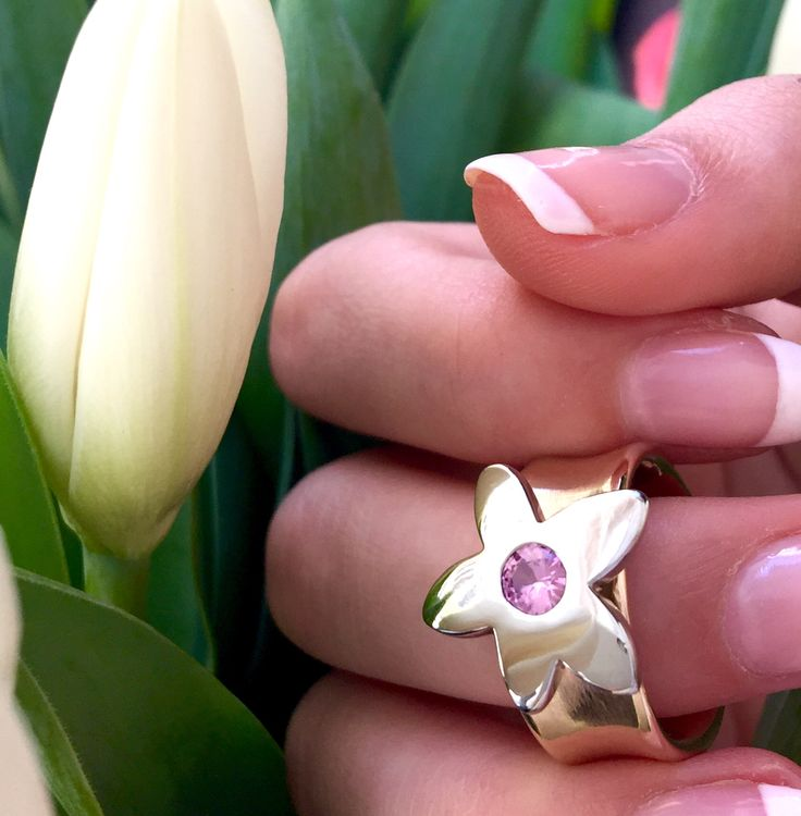 Flower ring in yellow and white gold with pink sapphire. #spring