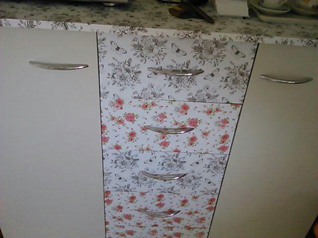 Stačí dvě tapety z lidlu a že staré skříně je krásná nová