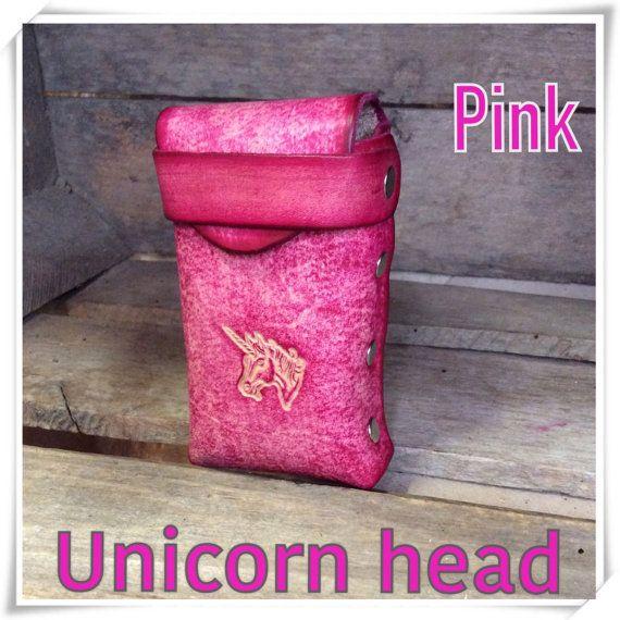 Nuestra caja de cigarrillo está hecho a mano de cuero de 6-7oz y estampado, teñido y acabado a mano. Nosotros también podemos personalizar con iniciales gratis!!!!!! CASO RETENCIÓN de VOLUNTAD REGULAR y 100 ***   Tenemos varios colores para elegir y si no ves el color que desea, por favor solicitar en comentarios lo que quieres.  Colores: Púrpura Color de rosa Amarillo Verde Aqua Marrón oscuro Marrón claro Turquesa  Diseño *** Ofrecemos varias opciones de buzón. Si no encuentra lo que busca…