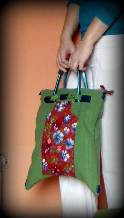 Zöld-piros virágos gyapjútáska -Handmade by Judy Majoros