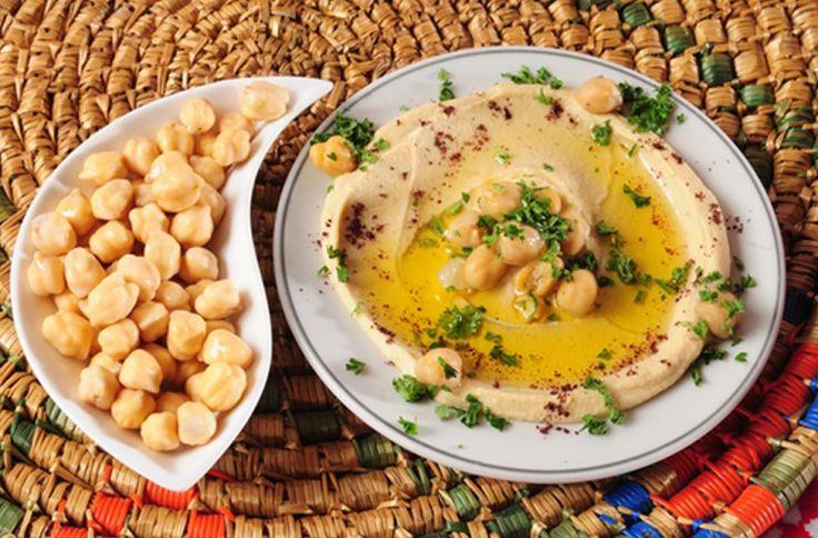 Hoe maak je hummus - Basisrecept voor hummus      1 blik van 400 g kikkererwten, uitgelektpet     2 theelepels tahini of sesampasta     1 teentje knoflook, geperst     1/2 theelepel gemalen zeezout     3 eetlepels olijfolie van goede kwaliteit (extra virgin)     2 eetlepels versgeperst citroensap     1/2 theelepel gemalen komijnpoeder of djinten     evt. gerookt paprikapoeder als garnering     evt vers korianderblad of peterselieblad, fijngehakt als garnerin